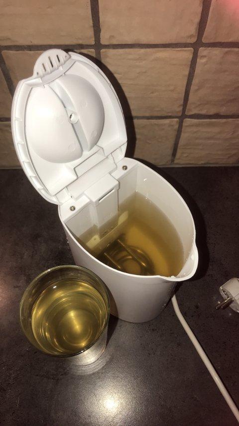 BA har fått tilsendt dette bildet av en beboer på Kleppestø som skulle fylle vann på vannkokeren torsdag kveld. Dette er knyttet til en annen hendelse, et vannledningsbrudd, sier kommunen til BA.
