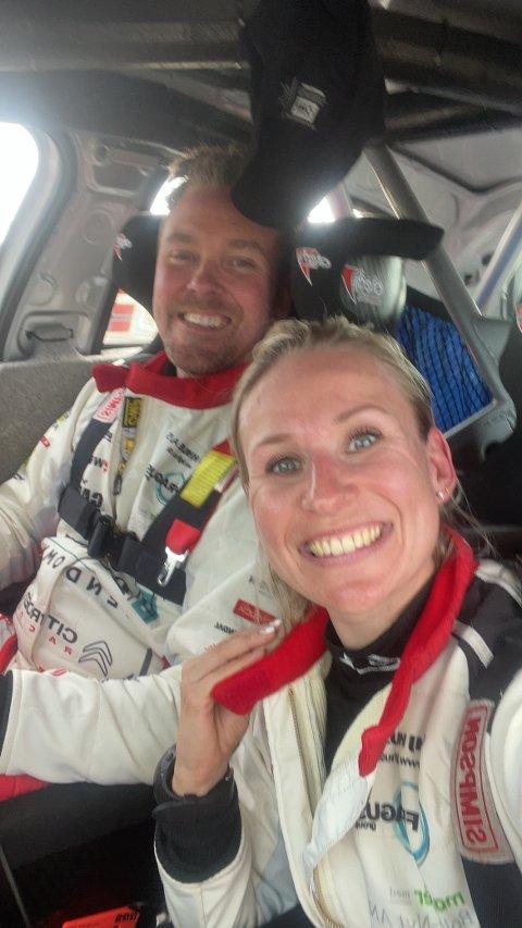I BILEN: Sjåfør Kim Madsen og Line Lykke Jensen smilte til kameraet ved depoet før de siste etappene i det danske mesterskapet for to uker siden. De havnet senere i en stygg ulykke hvor begge ble fraktet til sykehus.
