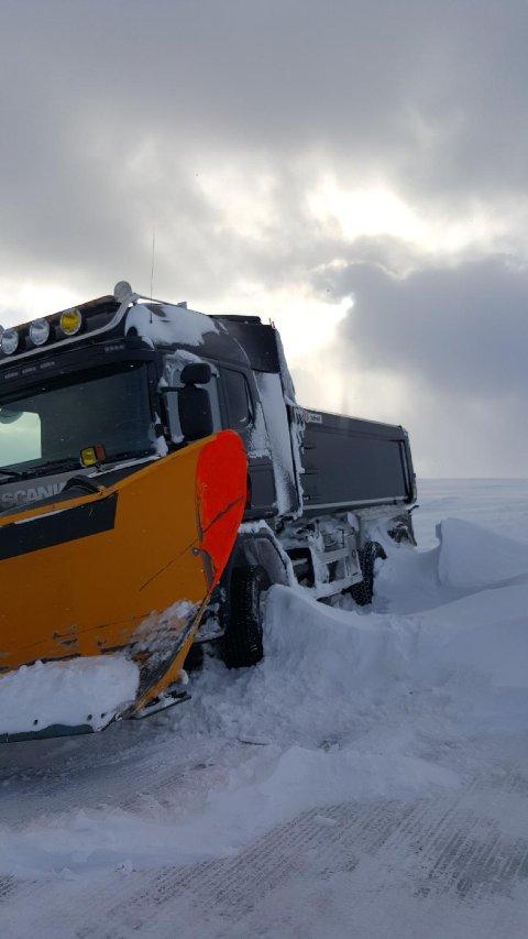 I grøfta: Ulf Olsen har tilbringt natten tre kilometer fra Nordkapp. - Dette var døgnet for en serie uheldige hendelser sier han.