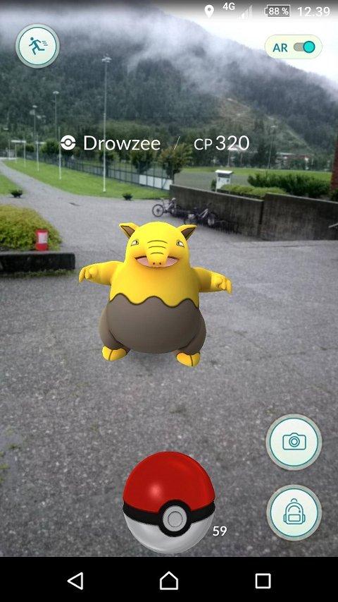 FANGING: Slik ser mobilskjermen ut når ein kjem nær nok ein pokemon. Denne heiter «Drowzee».