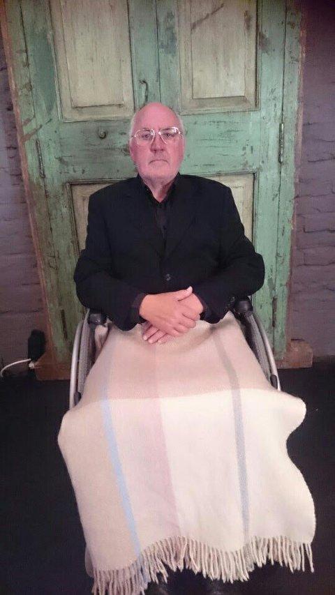 Her er Kai Helge Hansen som Pinter da han holder sin nobeltale fra et TV-studio i 2005.