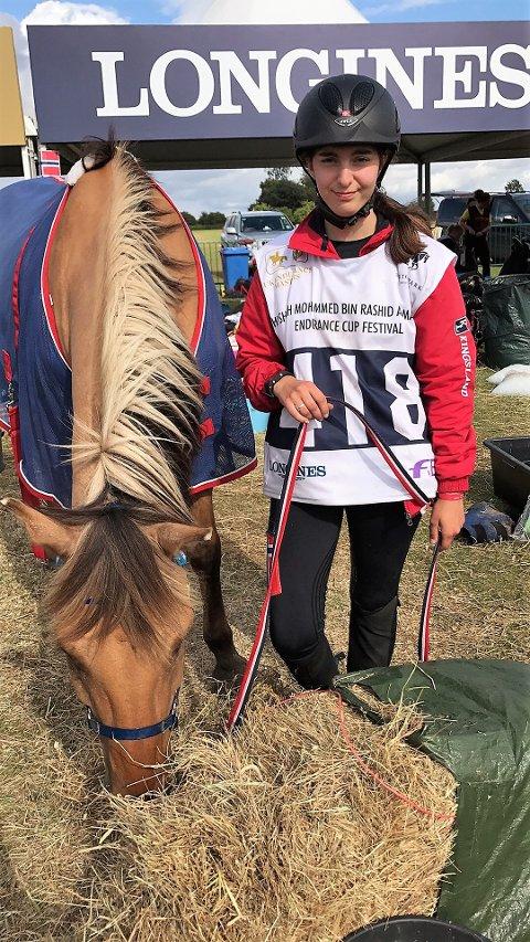 IMPONERTE: Nathalie Aas Hovland (18) og hesten «Vilje» kunne puste lettet ut etter rittet i England, hvor de imponerte stort. Foto: Privat