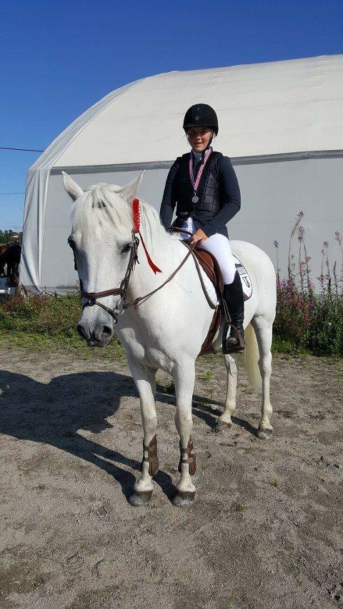 2. plass: Dina Killie og Bohey Arthur som tok sølv i ponniklassen.