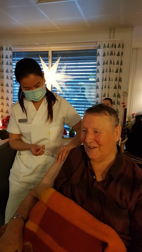 HISTORISK: Her får Svenn Hansen den første vaksinen i Nord-Odal av Maneerat Grinna.