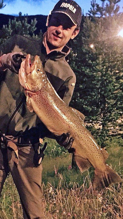 RUGG I LÅGEN: Mensur Gerzic tok denne 5.446 gram tunge ørreten i Lågen i Ringebu. Det sikret ham premie i GDs fiskekonkurranse.Foto: Privat