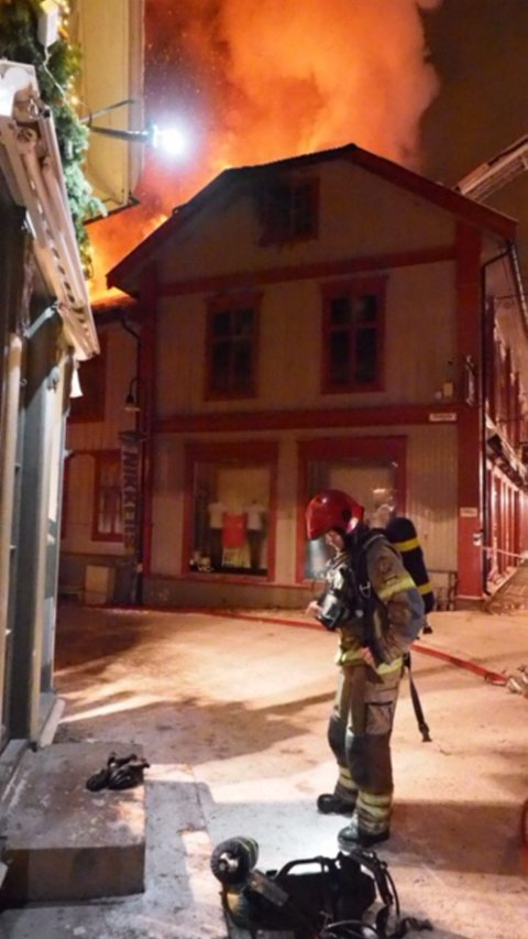 Brannvesenet jobber på spreng med å slukke brannen i Storgata 81.