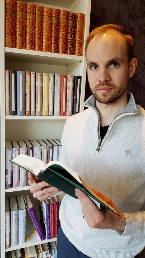 FRÅ STUDENT OG DOKTORSTIPENDIAT TIL UNIVERSITETSLEKTOR: Per Esben Myren-Svelstad frå Sel i Gudbrandsdalen, disputerte nyleg til doktorgrad i litteraturvitskap på NTNU i Trondheim. I dag underviser han på same staden han i mange år var student. Med doktorgrad i litteratur. Privat foto
