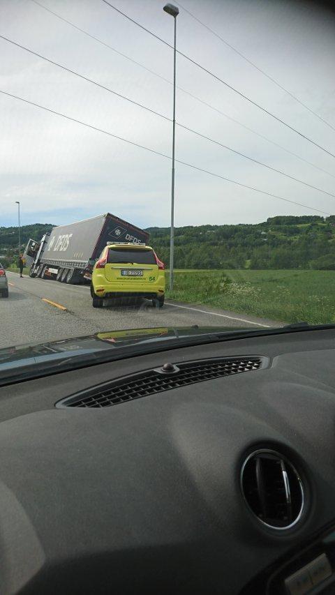 AV VEGEN: Et vogntog står fast i grøfta på riksveg 4.