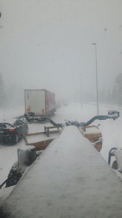 KØ: Det er kaos på Lygna mandag formiddag. Dette bildet la Statens vegvesen ut på sin twitterkonto.