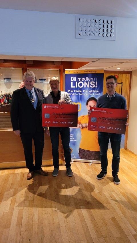 LIONS DELTE UT 60 000 KRONER: Halvard T. Eriksen (fra venstre), president i Lions Club Odda, delte ut 30 000 kroner til Arne Mæland i Stafett for livet og 10 000 kroner til Tore Hjørnevik fra Skattkammeret.
