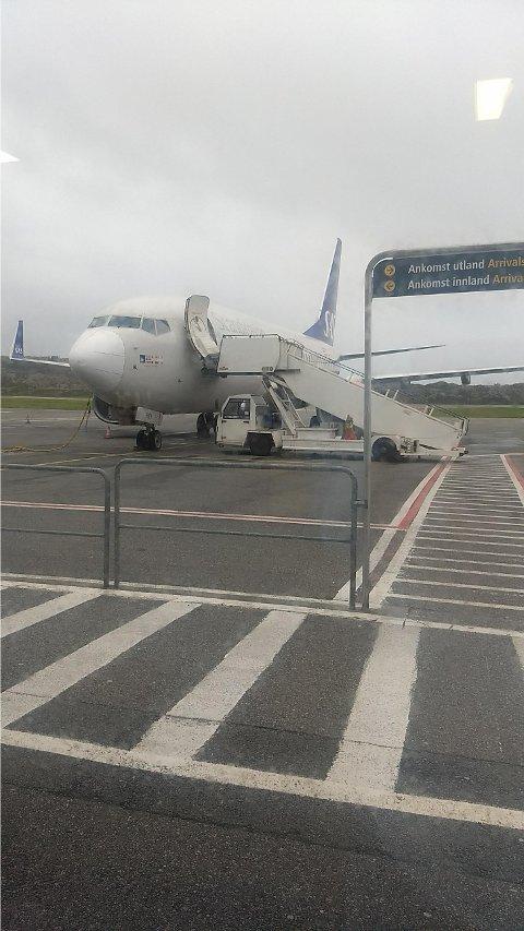 HER STÅR FLYET: En av passasjerene har sendt oss dette bildet. Foto: tipser