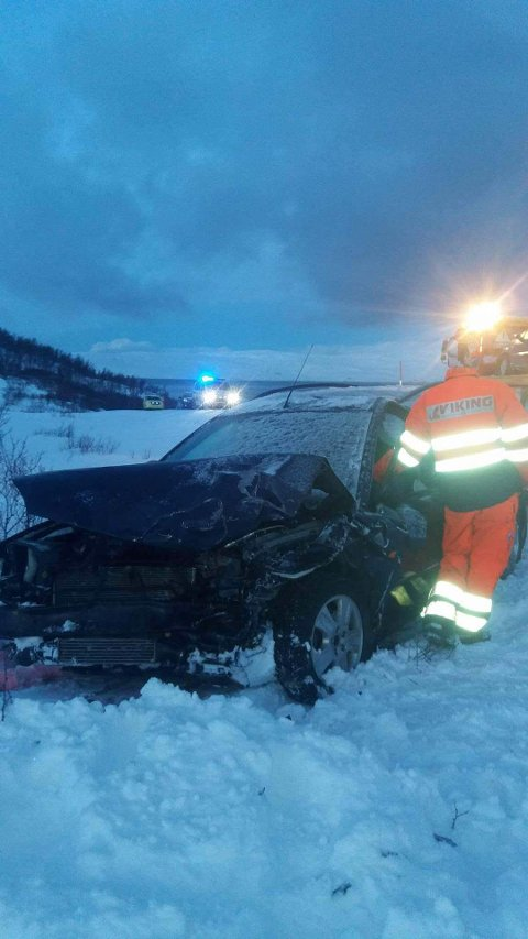 En av bilene som var involvert i frontkollisjonen i Fægfjord tirsdag morgen.