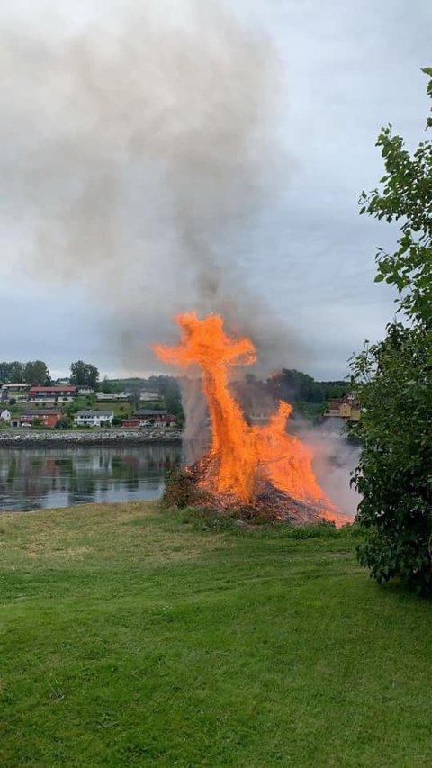 ST HANSBÅL: Sjekk den fyrrige sjiraffen som danser i bålet på Uddutangen.