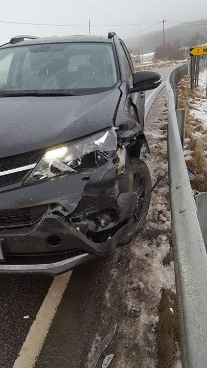 SMELL: Denne bilen kjørte i autovernet på fylkesvei 115, men det er kun rapportert om materielle skader.