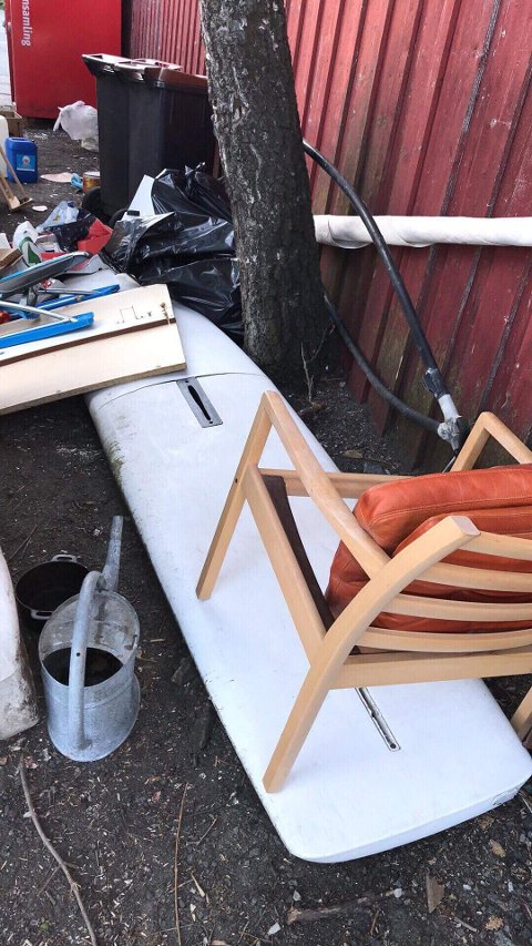 Et seilbrett og en stol er blant det som har havnet på baksiden av konteineren.