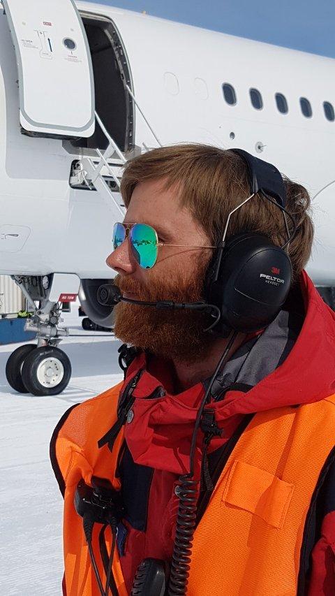 Geir Lægreid Røssland sine arbeidsoppgåver på Troll stasjon er varierte. Her ser du han på Troll Airfield, der han kommuniserer med pilotane som skal landa. (Foto: Privat).