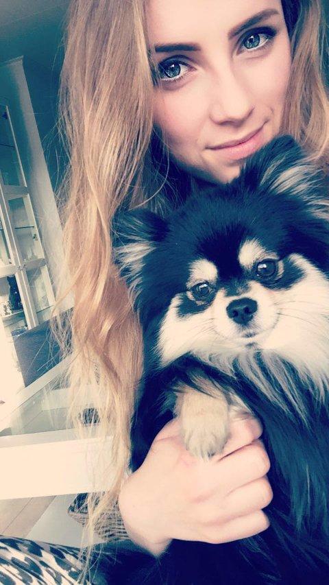 REDD: Rebecca Lisabeth Holthe Nilsen forteller at hun ofte er redd når hun er ute på tur med hunden. Heldigvis har hun ikke møtt hunder uten bånd.