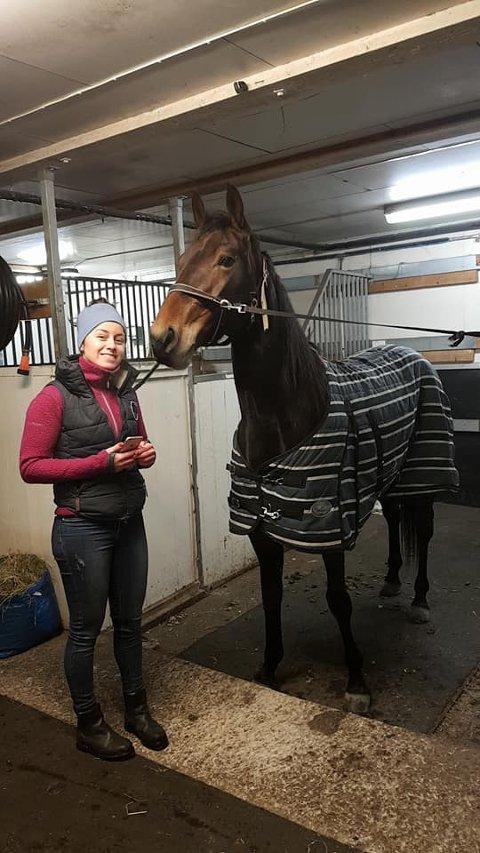 STOLT: Cathrine Olsen og Easy Power M.E. på stallen på Hol.