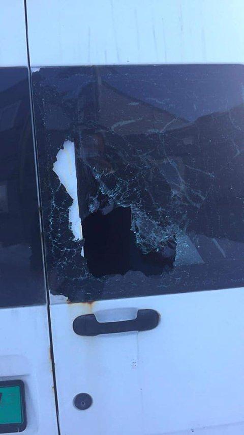 KNUST: Bakruta på varebilen ble knust.