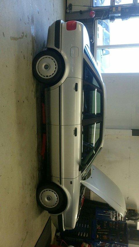 Natt til torsdag forsvant denne bilen, en Audi 80, fra ansattparkeringen til Gumpens Auto.