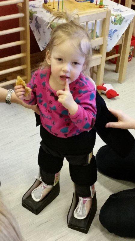 PÅ EGNE BEN: Håpet er at Emma skal kunne gå alene uten hjelpemidler.