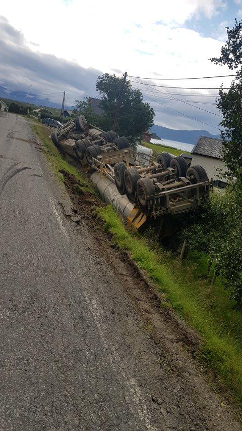 GIKK GALT: Det gikk galt med lastebilen på Storvikveien ved Steinsvika i Nordreisa.