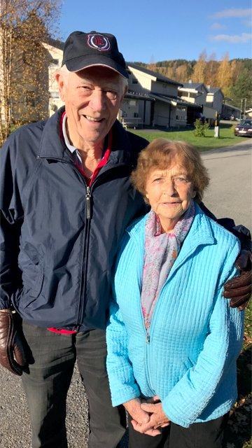 GLEDER SEG: Sigmund Rosenberg og Kristine Fossum Henriksrud gleder seg til hver mandag når de skal møte gågruppa til trim og sosialt samvær.  Foto: Elin H. Jorstad