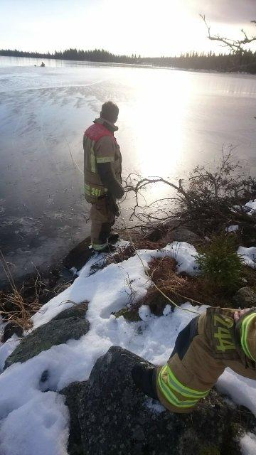 Brannvesenet rykket ut for å redde to svaner i  Nordre Land lørdag formiddag. Her utrykningsleder Geir Sandberg.