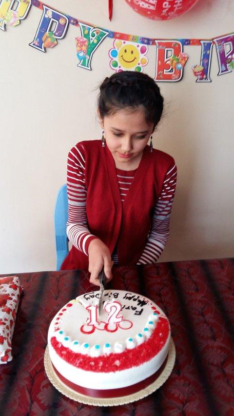 Farida fikk kake, gave og bursdagssang på 12-årsdagen sin.