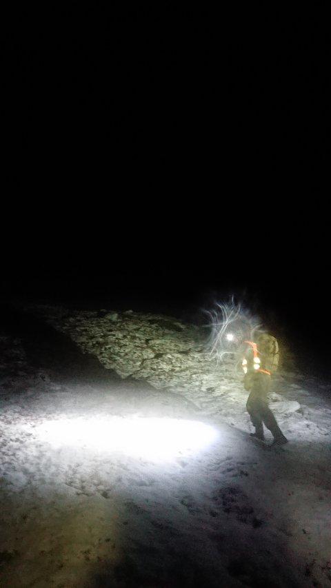SNØVÆR: Redningsmannskaper er ute for å lete etter mannen som har gått seg bort i fjellet