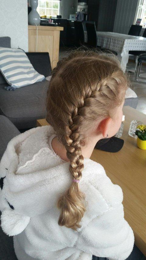 GRATIS FLETTING: Førstkommende lørdag skal to ivrige hårflettere fra Helgeroa flette andre barn gratis på Larvik bibliotek.