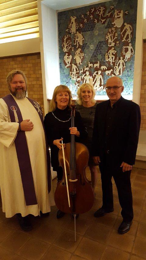 Fra fjorårets minnegudstjeneste i Undersbo kapell. Fra venstre: Knut Zakariassen (prest), Margarita Anstal (cellist), Anna Hansen (leder Torstrand vel), og Halvard Brattvoll (organist)