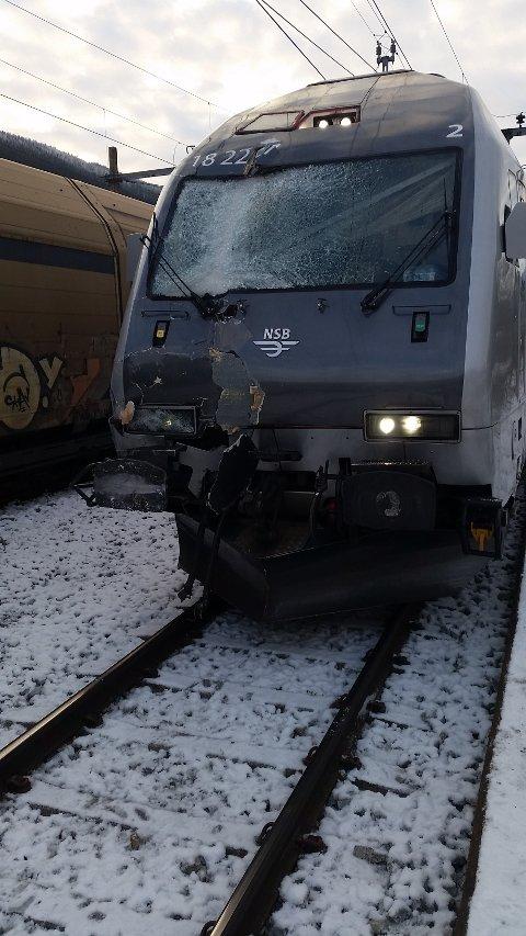 HARD MEDFART: Lokomotivet som var innblandet i ulykken torsdag fikk hard medfart i sammenstøtet. (Foto: Østlendingen-tipser)