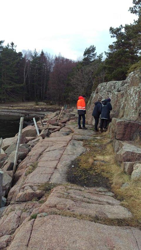 Nå skal skjærgården bli skiltet bedre. Her er en liten gruppe på befaring på Hvaløy.