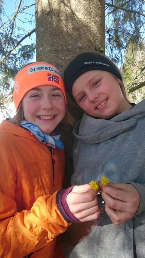 VÅRJENTER: Tiåringene Sigrid Skarsaune Strande (t.v.) og Alis Kristiansdottir fant hestehov i Krakstadmarka lørdag.