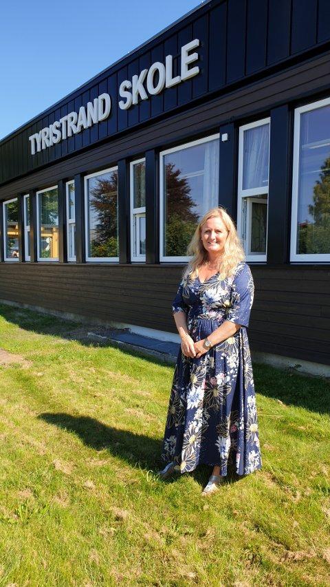 IMPONERT REKTOR: Rektor Vibeke Eriksen syns alle de nye elvene har vært skikkelig flinke på første skoledag. Hun er klar for å ta fatt på et nytt skoleår med et nyoppusset ungdomskolebygg.