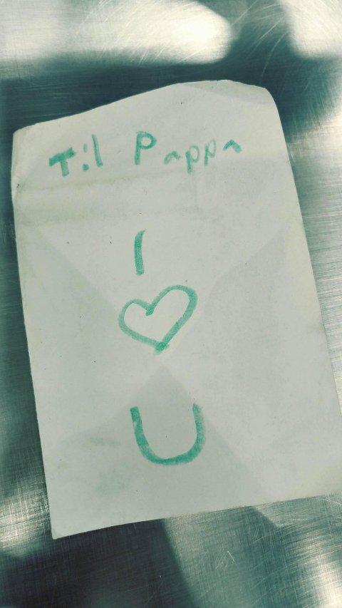 KLAR MELDING: I kortet skriver Ellinor (10) hvor glad hun er i pappaen sin.