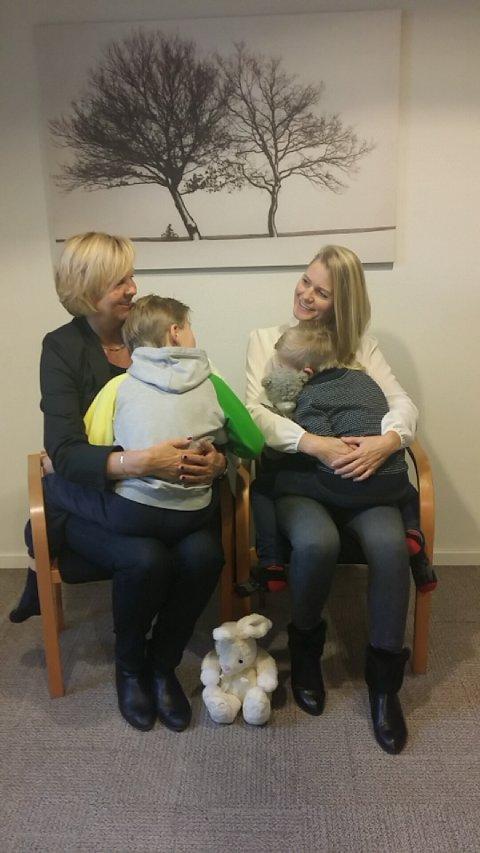 BARN TRENGER DEG: Elisabeth Fevang (til venstre), daglig leder i Frivillighetssentralen i Sandefjord og Aina Bernhoff i Barn trenger deg.