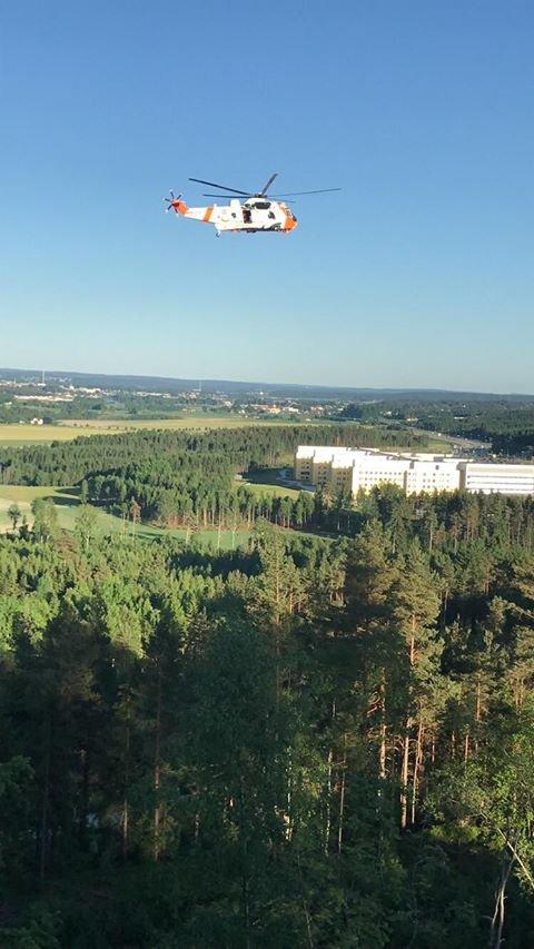 Her er SeaKing redningsheikopter i søk over skogen runt sykehuset på Kalnes.