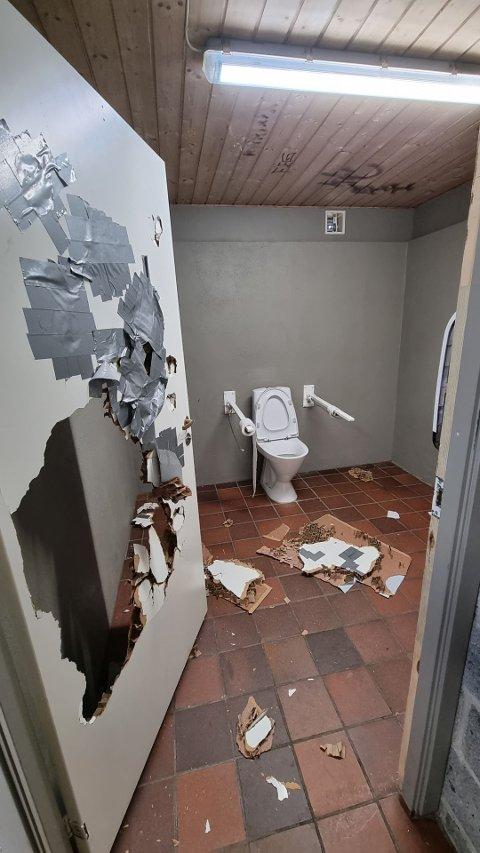 Slik ser det ut etter at vandaler har vært på toalettbesøk ved Tunevannet.