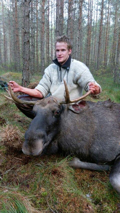 Ola Trollsund (24) skjøt en okse med seks tagger torsdag. Han er en del av Orderud - Skogstad elglag, Rødenes øst i Marker. Jens Håkon Krog skjøt en piggokse også på onsdag.