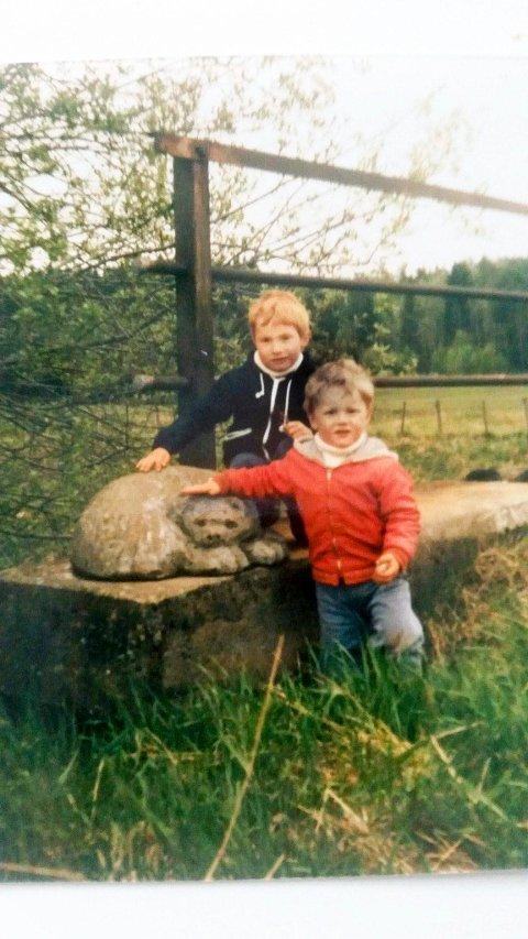 Kjennemerke ved brua: Dette bildet er av Thomas og Joachim Karlsen, tatt for 30 år siden med bjørnen ved Tangelandbrua.