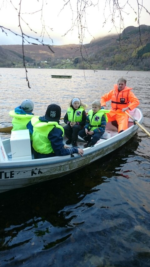Elevane trekte fire garn og fekk 60 fiskar i Riskedalsvatnet. Rektor Frank Bjørkhaug ved årane. (Foto: Marian Langeland Mæle)