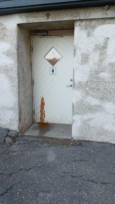TIRSDAG: Døren inn til toalettet på baksiden av det gamle rådhuset, tirsdag. Fasaden vender mot den nye dampskipsbrygga.