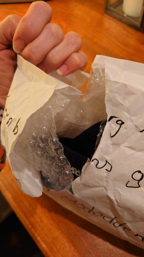 BESTEMOR: Pakka fra bestemor ble revet opp. Barnebarna kunne likevel glede seg over sokker og en del til en plastleke, siden tjuven (e) ikke fant pakkens innhold av interesse.