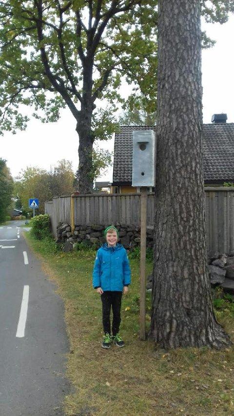SNEKKEREN: Her er Henrik Hagberg (9), som har snekret sammen jukseboksen. Med dette håper han på lavere fart og mindre forurensning.