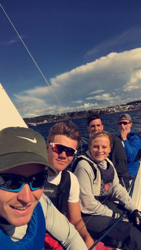 SELFIE TIL SJØS: Tross store utskiftinger i mannskapet har Tønsberg levert stabilt gjennom hele sesongen. Her er Martin Janssen, Jacob Undrum, Marthe Bøe Ludvigsen, Georg Ellilla og Jacob Lepperød fra regattaen i Larvik.