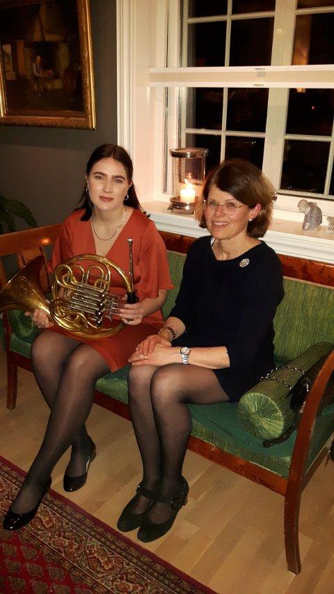 Emilie Ravn Jensen (til venstre) og formann i legatet, Cecilie Haraldsen.  Stipendet ble delt ut 8. mars, Anne Handeland kunne ikke være tilstede under overrekkelsen.