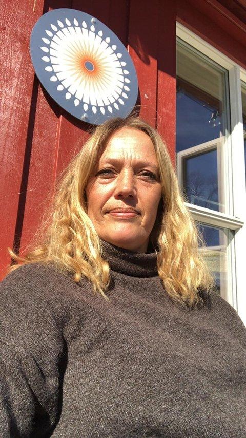 En annerledes sesongstart: Linn Zwilgmeyer og resten av næringslivet på Sandøya får en annerledes start på sesongen enn de pleier.