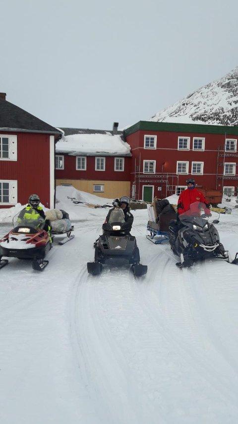 Ut på tur: Det blåst helt rått. Nå er det rolig på Bygdin og Bente Oxhovd og sjåførene tar turen tilbake til Beitostølen på snøscootere